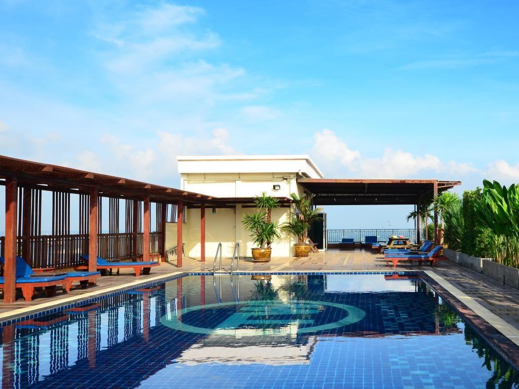 Baywalk Residence pool
